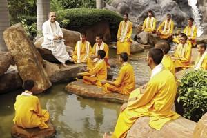Sudhanshu Ji Maharaj - teaching gurukul students